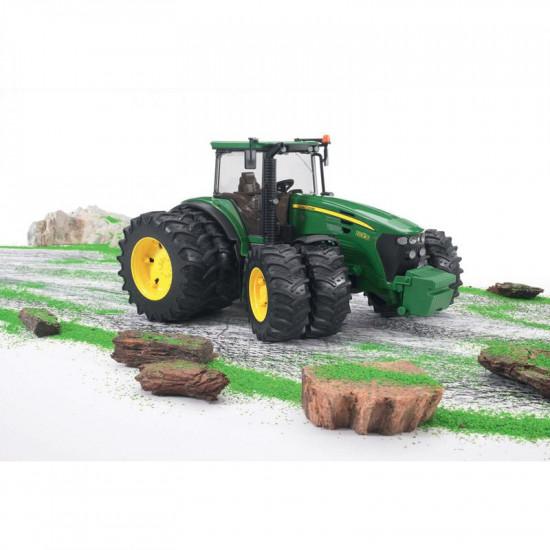 Bruder traktor John Deer z dvojnimi gumami